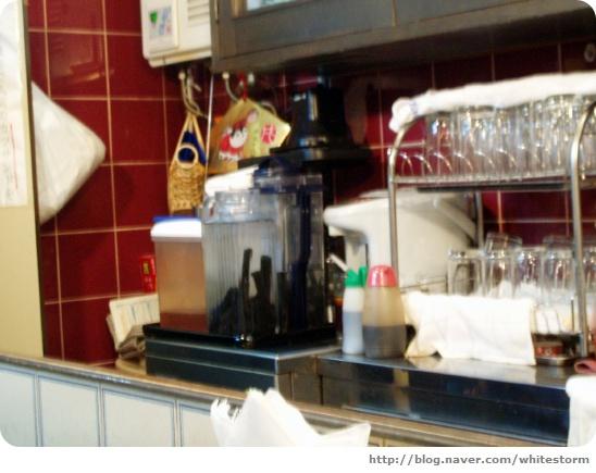 숯이 담겨있는 물병과 주방의 모습