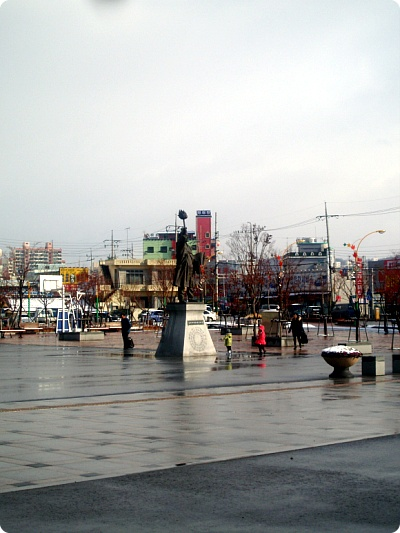 역광장의 동상
