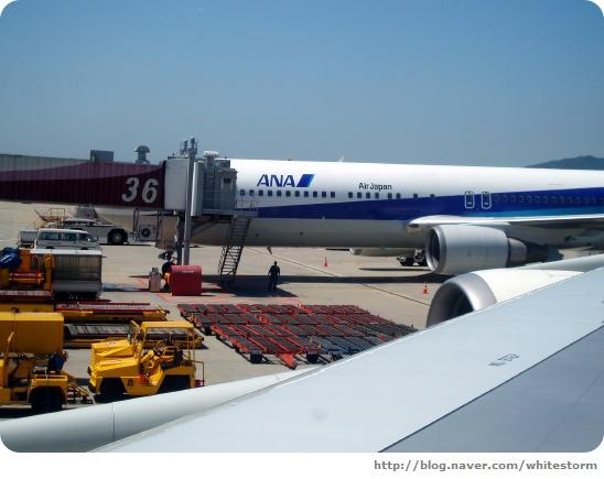 비행기에 탑승해서 찍은 ANA 항공의 Airbus 항공기